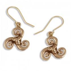 Triscele oorbellen brons